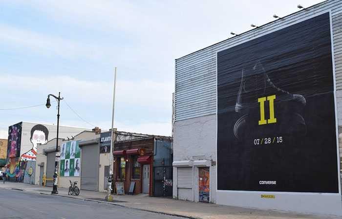 Tại những thị trấn nhỏ, biển quảng cáo lại càng bự.