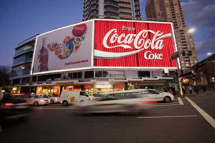Để gây ấn tượng, nhãn hàng nước giải khát hàng đầu thế giới dùng luôn cả một tấm biển quảng cáo cỡ đại.
