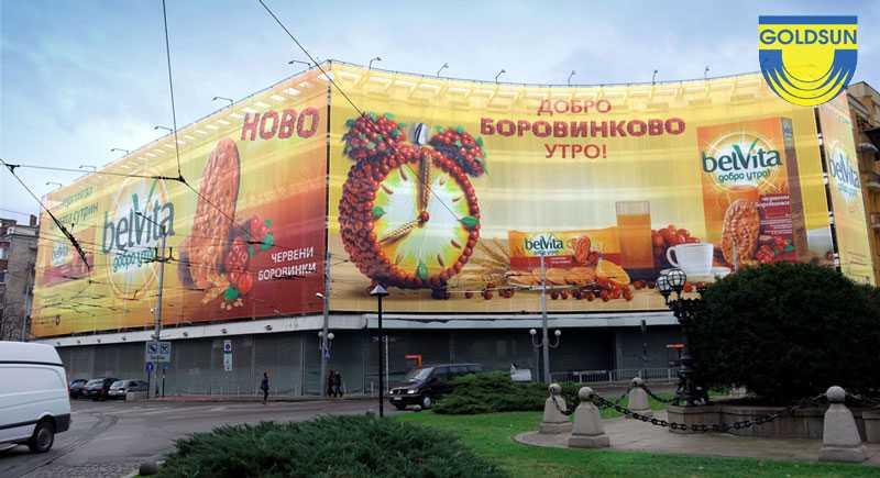 Biển tấm lớn quảng cáo cho một thương hiệu đồ ăn