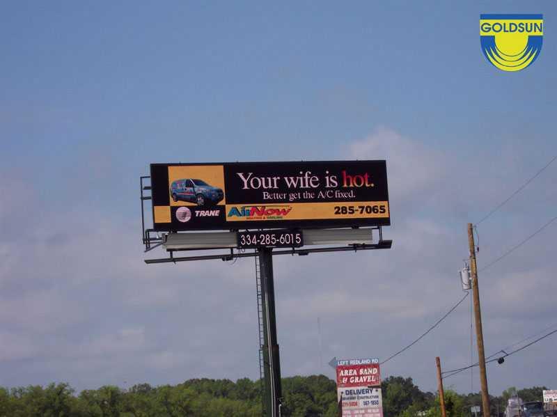 Biển quảng cáo ngoài trời một cột trên đường cao tốc