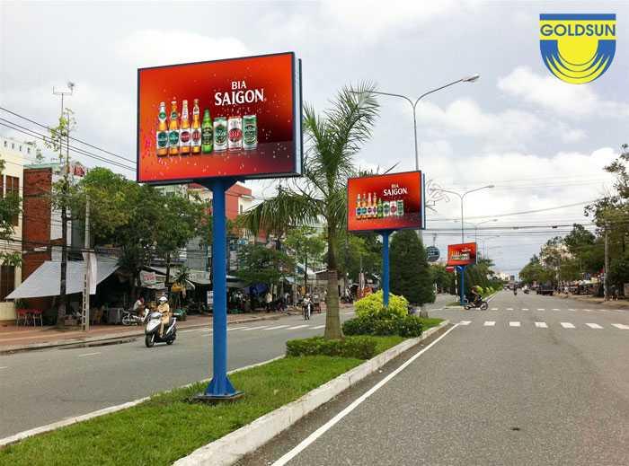 Biển quảng cáo ngoài trời trên đường phố