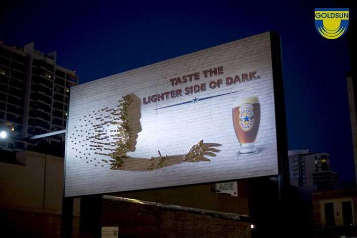 Biển quảng cáo bia của Newcastle Brown Ale