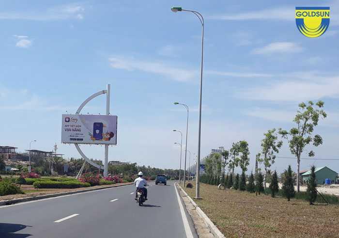 Biển quảng cáo tấm lớn trên đường cao tốc