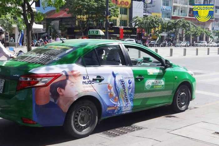 Hình thức dán quảng cáo tràn cửa sau và thân sau trên xe taxi