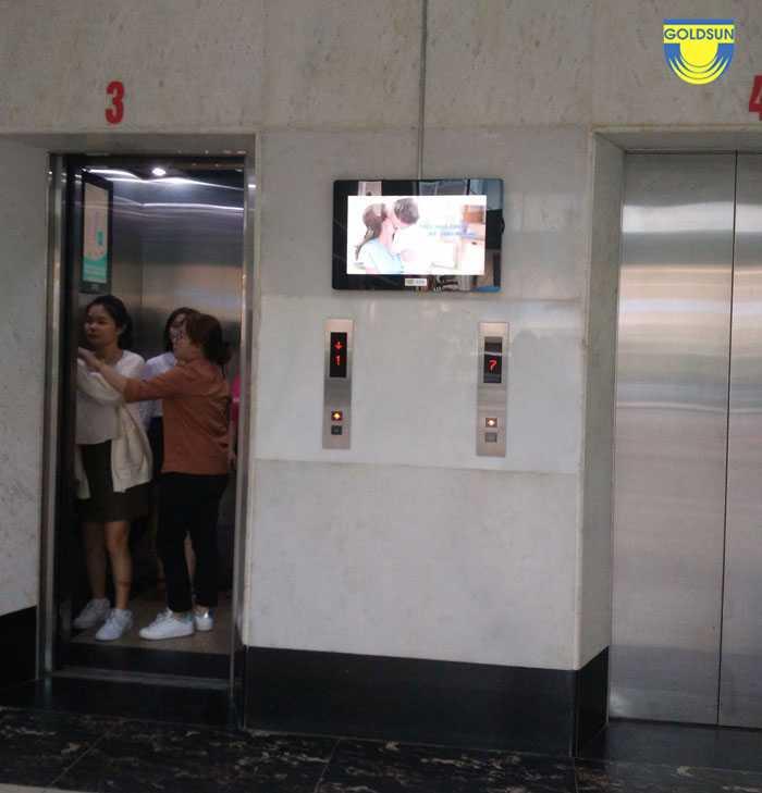 Quảng có màn hình LCD ở ngoài sảnh đợi thang máy