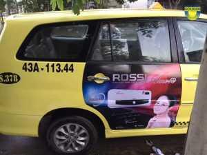 Hình thức quảng cáo dán tràn cửa sau của xe taxi