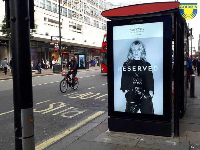 Quảng cáo hộp đèn tại bến chờ xe bus về thương hiệu thời trang