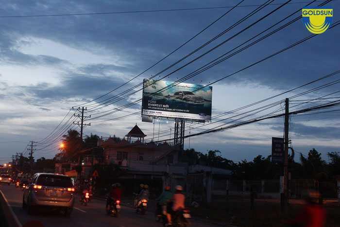 Biển quảng cáo trên đường cao tốc