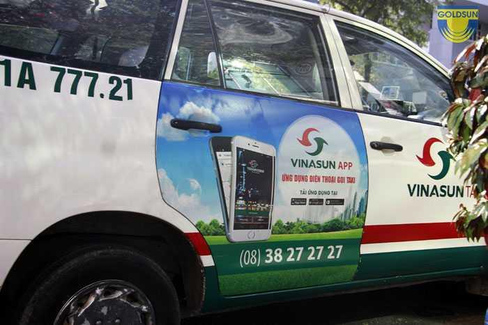 Quảng cáo trên cửa sau của taxi Mai Linh