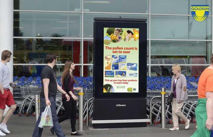 Biển quảng cáo đặt ngoài chuỗi siêu thị Tesco