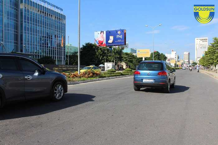 Biển tấm lớn của nhãn hàng PNJ tại lối ra vào sân bay quốc tế Đà Nẵng