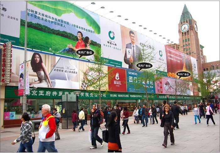 """Ở """"Tây"""", người ta lắp biển quảng cáo như thế nào?Đăng bởi admin   Danh mục Tin tức sự kiện   30/10/2015 Nhiều khi tự hỏi, vậy ở Nhật, Mỹ hay Úc, Trung Quốc, người ta thiết kế biển quảng cáo có theo luật lệ gì phức tạp hay không? Trong những ngày trở lại đây, cộng đồng mạng đặc biệt xôn xao với hình ảnh những tuyến phố gương mẫu với biển quảng cáo giống hệt nhau với 2 màu xanh – đỏ. Ở Tây, người ta lắp biển quảng cáo như thế nào? - Ảnh 1. Những tấm biển giống hệt nhau trên đường Lê Trọng Tấn, Hà Nội. Những hình ảnh này đã tạo nên những cuộc tranh luận lớn, người cho rằng ngăn nắp văn minh, người thì lại thổ lộ nó quá cứng nhắc và """"giết chết"""" sự sáng tạo mà các nhãn hàng đã dày công xây dựng nên. Trong các lý thuyết về PR, vai trò của quảng cáo ngoài trời đặc biệt quan trọng vì nó tác động trực tiếp tới người dân, ảnh hưởng tới quyết định sẽ """"Mua hàng ở đây hay ở kia"""" ở bất kỳ ai. Nhiều công ty sẵn sàng chi những khoản tiền lớn để thiết kế, sáng tạo, thể hiện cá tính và chất lượng sản phẩm ngay trên những tấm biển này. Chính vì vậy, tại những quốc gia lớn, quảng cáo ngoài trời luôn là một cuộc chiến sáng tạo không hồi kết, hãy thử điểm qua những quốc gia quen thuộc, xem họ làm quảng cáo ngoài trời ra sao nhé. Nhật Bản: Tự do trong khuôn khổ Với nhiều người, Nhật Bản là quốc gia luôn đề cao quy tắc và mọi thứ phải tuân theo luật pháp, cũng như các quy chuẩn. Tuy nhiên, dạo quanh các khu phố ở thủ đô Tokyo, bạn có thể nhìn thấy các biển quảng cáo với nhiều kích thước, hình dạng và màu sắc, thậm chí cả những biểu tượng mà đối với người nước ngoài là rất nhạy cảm. Vậy điều gì làm nên sự tự do trong khuôn khổ với biển quảng cáo tại Nhật Bản? Ở Tây, người ta lắp biển quảng cáo như thế nào? - Ảnh 2. Những quảng cáo sáng tạo và đầy màu sắc luôn là điểm nhấn cho các khu phố tại Nhật Bản. Thứ nhất, các quảng cáo ở Nhật Bản dù có thể hiện sự thoải mái trong phong cách thiết kế thì vẫn phải tuân thủ những quy định về không gian đô thị và chuẩn mực thiết kế. Ví dụ như, bạn không đ"""