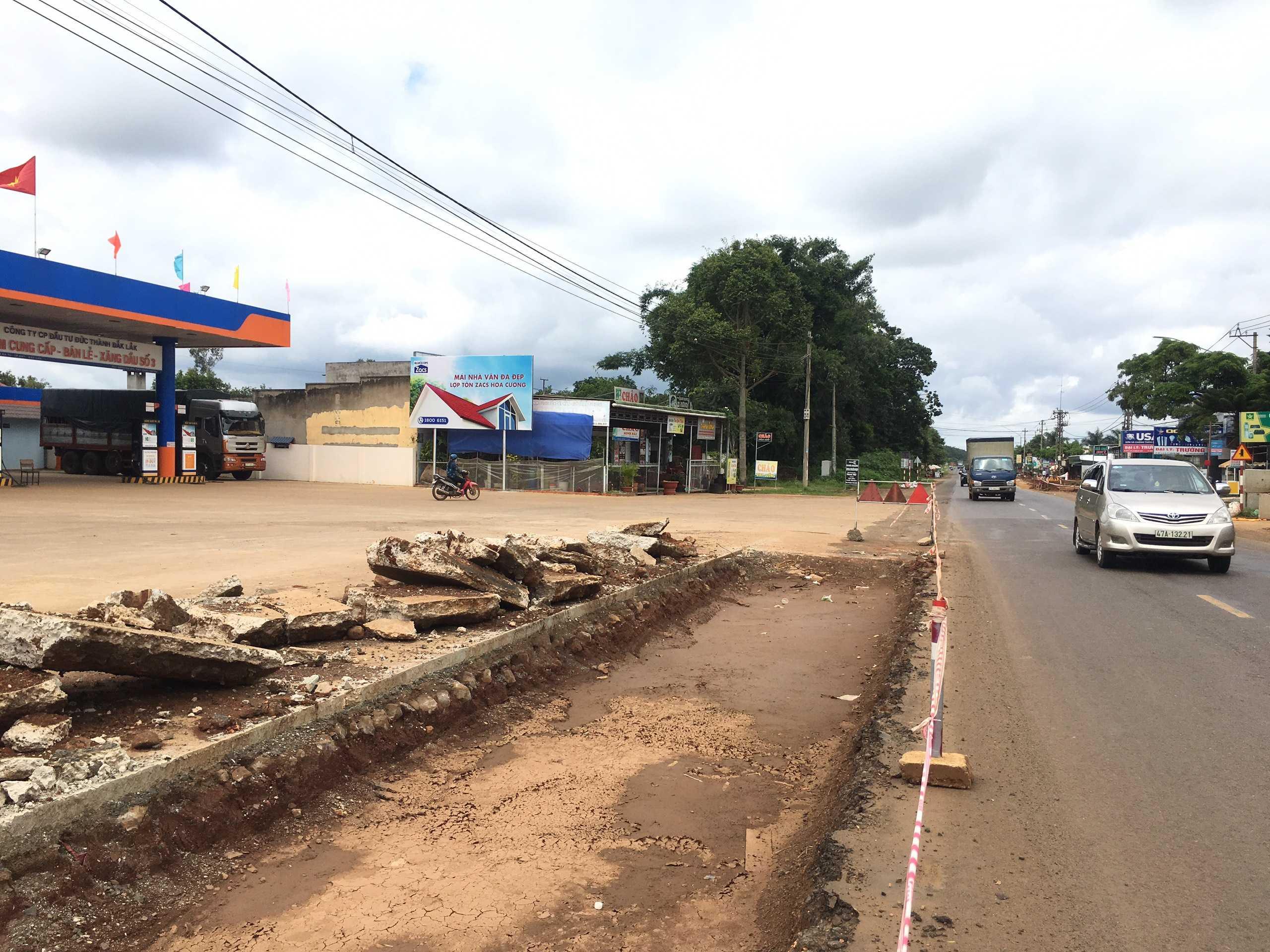 CHXD Đức Thành, km 12, xã Ea Tu, Tp. Buôn Ma Thuột, Đắk Lắk - vị trí 2 biển trụ nhỏ cạnh tường rào