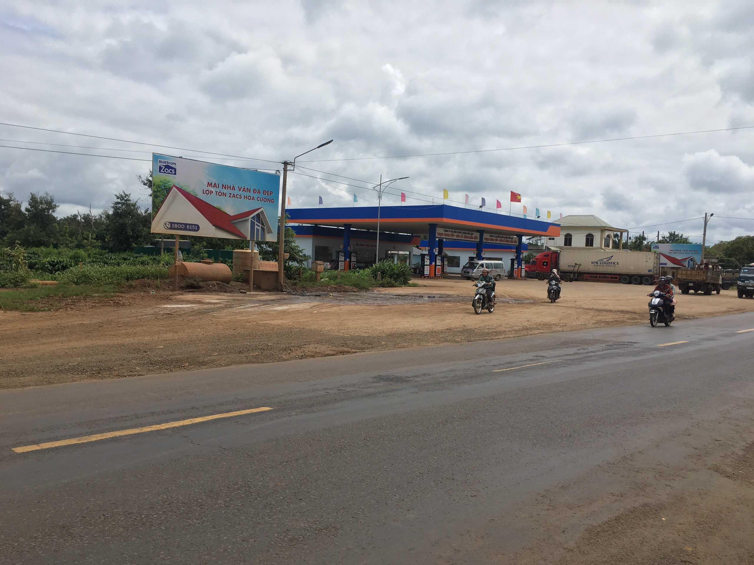 Quảng cáo CHXD Đức Thành, km 18, thị trấn Phước An, huyện Krông Pắc, Đắk Lắk - vị trí 2 biển trụ nhỏ cạnh tường rào