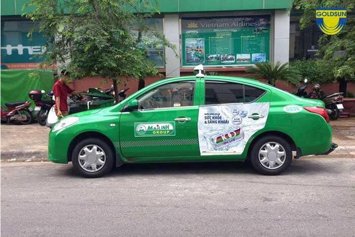 Hình ảnh quảng cáo trên xe Taxi Mai Linh tại vị trí cửa sau của xe