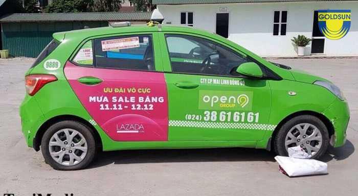 Hình ảnh quảng cáo trên xe Taxi open99 tại vị trí cửa sau của xe