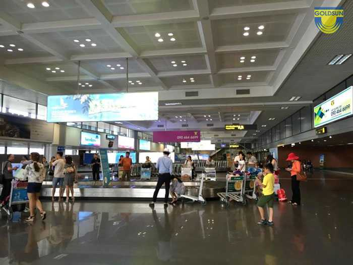Trán tường đối diện băng chuyền cánh A sân bay Nội Bài