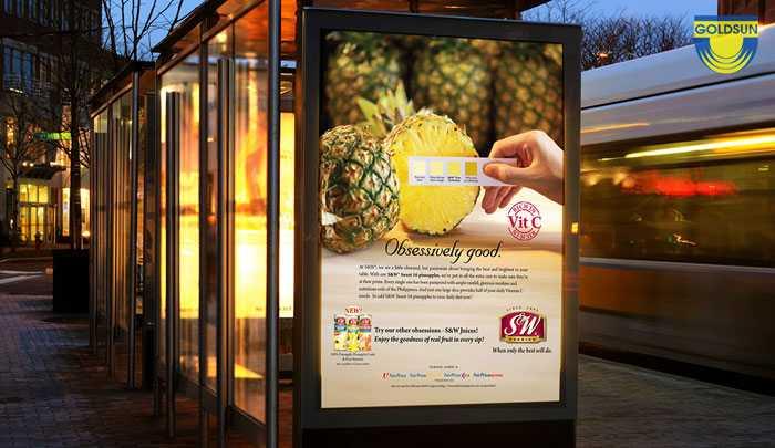 biển quảng cáo hộp đèn ở điểm chờ xe bus