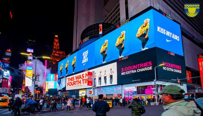 Màn hình quảng cáo được đặt ở các sảnh lớn nhiều người qua lại
