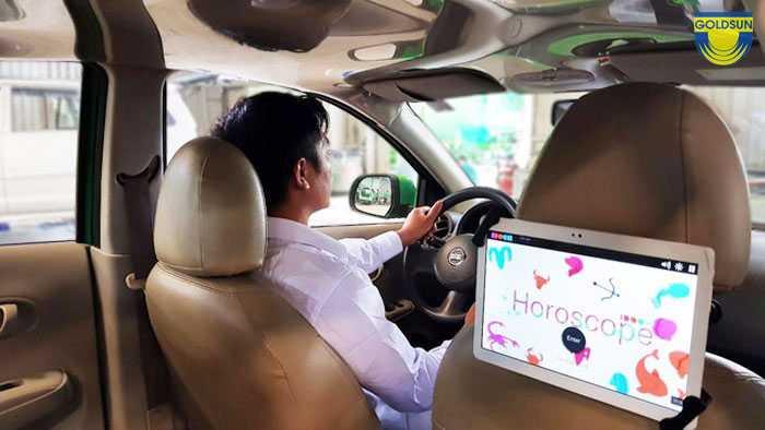 Màn hình quảng cáo được lắp phía sau ghế của xe taxi