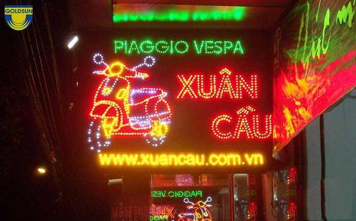 Biển quảng cáo đèn LED rất nổi bật vào đêm