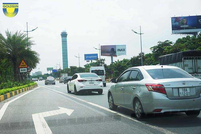 Biển quảng cáo một cột trên đường cao tốc