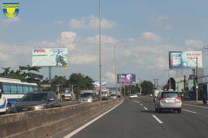 Biển quảng cáo dạng tấm lớn trên đường cao tốc