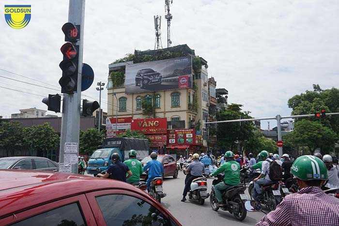 Biển quảng cáo Nissan được treo trên mặt tiền tòa nhà thu hút mọi ánh nhìn của người qua đường