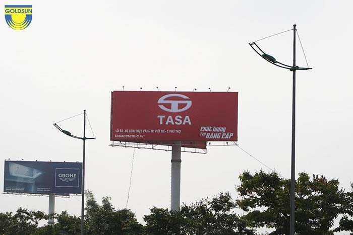 Biển quảng cáo một cột của Tasa được bố trí ở trên cao, không gian thoáng rộng