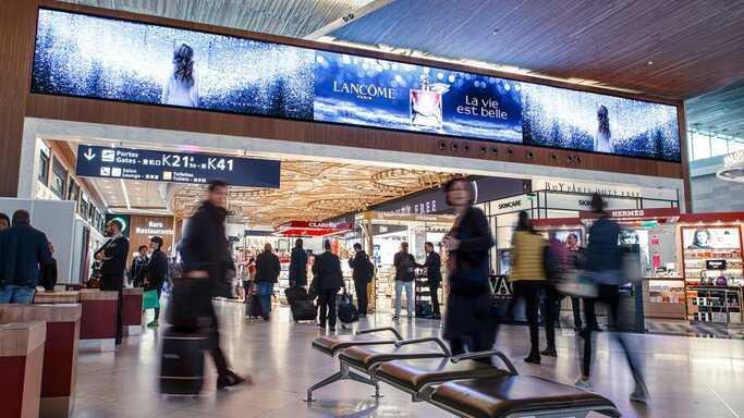 Quảng cáo tại Quảng trường Digitale ở sân bay Charles de Gaulle